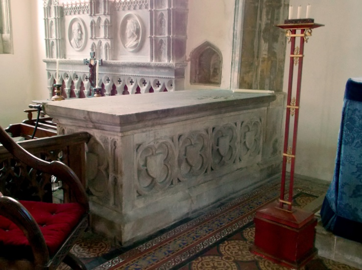 An unattributed tomb in Stoke Rochford church, to the left of the alter, by Acabashi, Wikimedia Commons (CC-BY-SA-4.0)